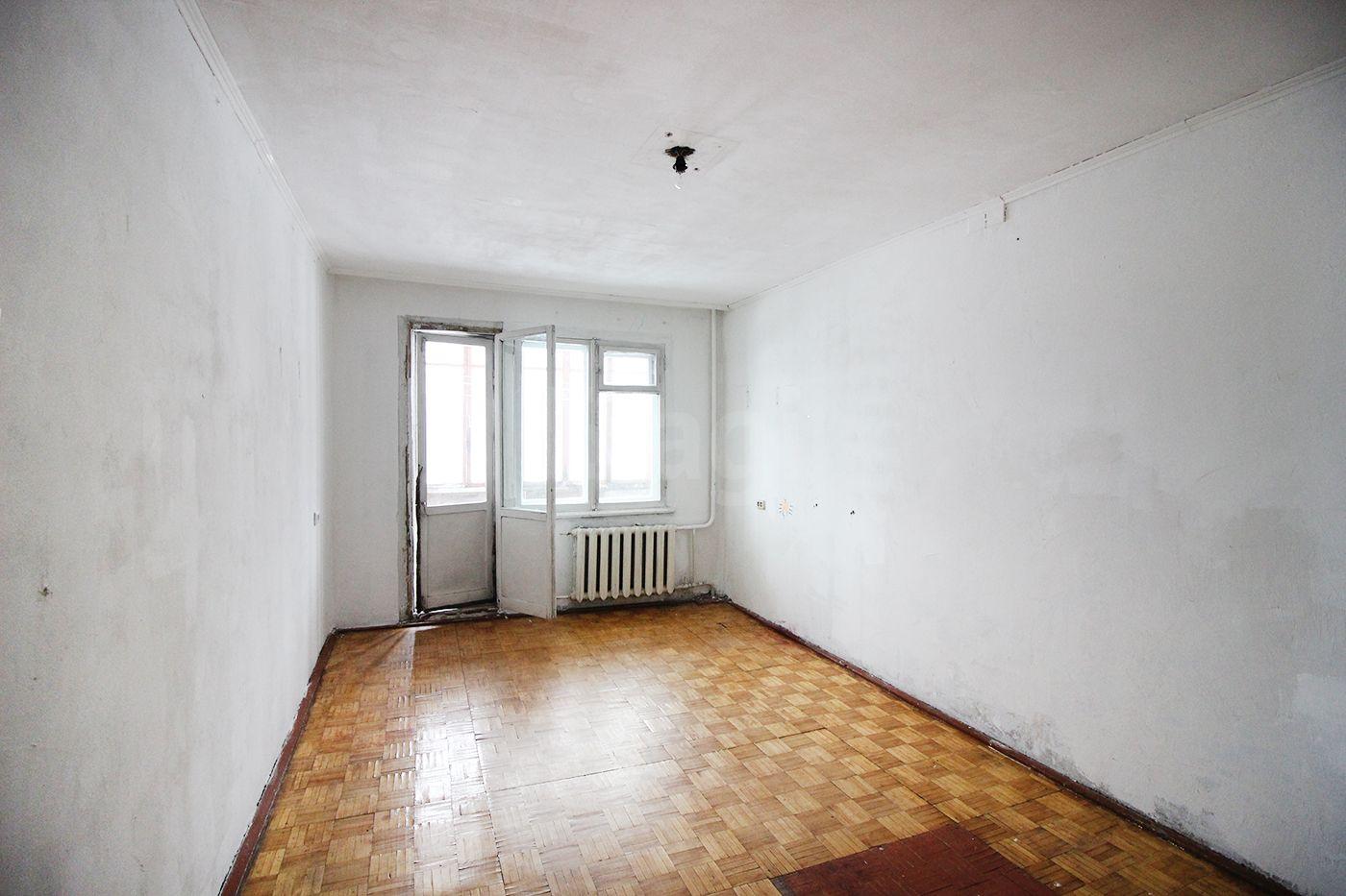 Продается четырехкомнатная квартира за 2 300 000 рублей. Индустриальный, ул. Сухэ-Батора, д. 5 (5.7 км до центра).