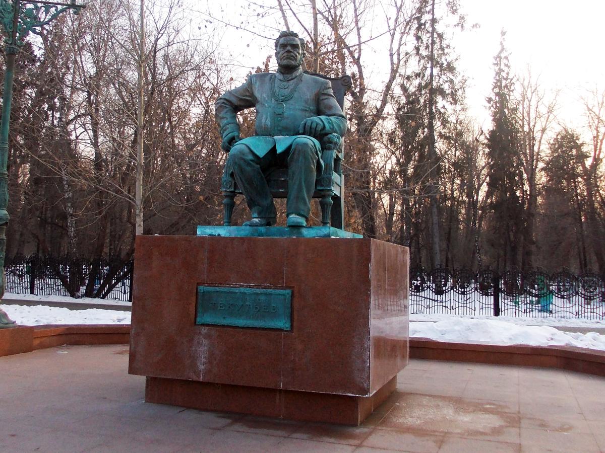 Памятник_Текутьеву.jpg